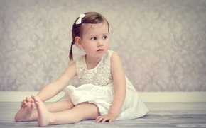 Картинка девочка, ребёнок, настроение, на полу, босиком, платье, сидит