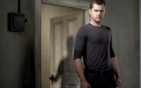 Картинка комната, тень, дверь, актер, мужчина, Joshua Jackson, джошуа джексон