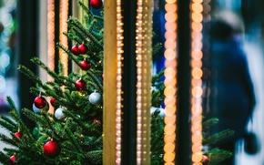 Картинка зима, шарики, ветки, город, огни, игрушки, елка, ель, Новый Год, Рождество, красные, ёлка, Christmas, праздники, ...