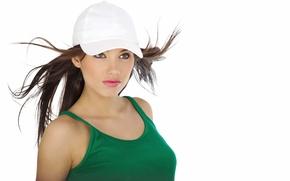 Картинка взгляд, девушка, вперед, настроение, волосы, майка, белая, кепка, красивая, зеленая, ветру., развиваются