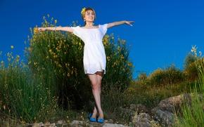Картинка девушка, природа, улыбка, милая, ноги, волосы, фигура, блондинка, ножки, красивая