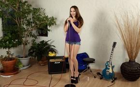 Картинка взгляд, поза, тело, гитара, Девушка, микрофон, ножки, Dani Daniels
