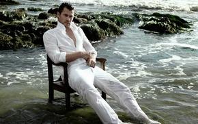 Картинка море, мокрый, берег, фотограф, актер, журнал, сидит, отдыхает, в белом, в воде, на стуле, Крис …