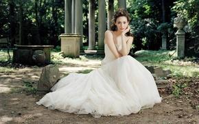 Картинка парк, актриса, колонны, сидит, белое платье, вазы, Emmy Rossum