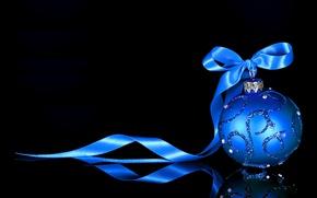 Обои новогодняя игрушка, черный фон, шар, отражение, лента, Новый год, игрушка