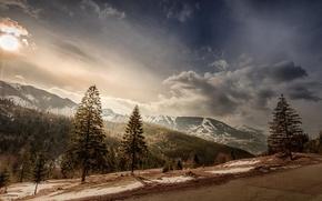 Картинка дорога, небо, солнце, облака, снег, деревья, пейзаж, горы, вершины, склон, Румыния