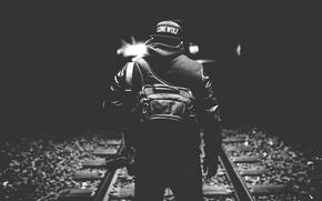Картинка свет, темнота, шапка, спина, камера, железная дорога, мужчина, рюкзак