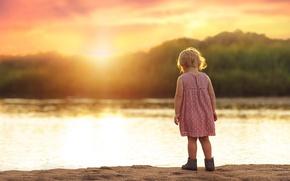 Картинка песок, лето, солнце, закат, река, платье, девочка, ребёнок