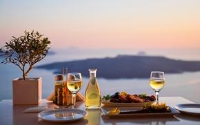 Картинка море, пейзаж, стол, вид, бутылка, еда, размытие, бокалы, тарелки, специи, сервировка