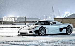 Картинка зима, белый, небо, снег, здания, Koenigsegg, white, вид сбоку, winter, snow, CCX, Кёнинсегг