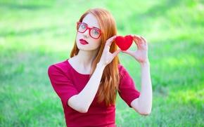 Обои взгляд, поза, сердце, Девушка, платье, очки, рыжая
