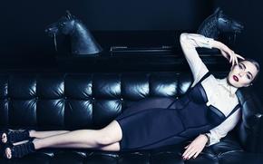 Картинка стиль, модель, макияж, фигура, платье, актриса, прическа, фотограф, лежит, журнал, на диване, Vogue, Elizabeth Olsen, …