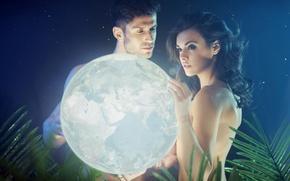 Картинка взгляд, девушка, свет, ночь, планета, звёзды, парень, папоротник, держат