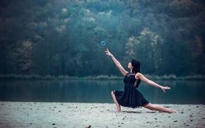 Обои Leslie Boulnois, танец, берег, девушка, мыльный пузырь