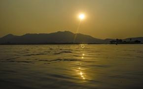 Картинка небо, солнце, деревья, закат, горы, озеро, остров, дымка