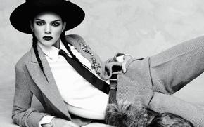 Картинка модель, шляпа, макияж, брюнетка, прическа, галстук, лежит, черно-белое, косички, рубашка, пиджак, на полу, фотосессия, брюки, ...