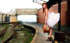 Картинка девушка, ветер, рельсы, платье, перрон, чемодан