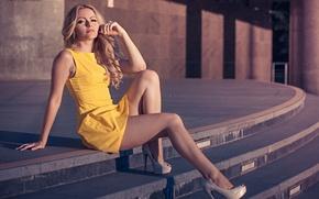 Картинка девушка, поза, милая, тень, платье, блондинка, туфли, каблуки, light, ступеньки, ножки, sexy, красивая, сидит, yellow, …