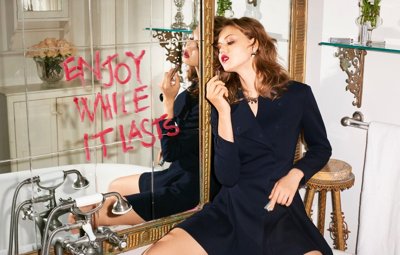 Фото обои отражение, надпись, модель, макияж, платье, зеркало, помада, прическа, ванна, шатенка, фотосессия, Lindsey Wixson, Terry Richardson, …