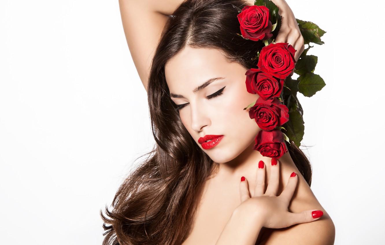 Фото обои девушка, цветы, фон, волосы, розы, руки, макияж, губы, красные