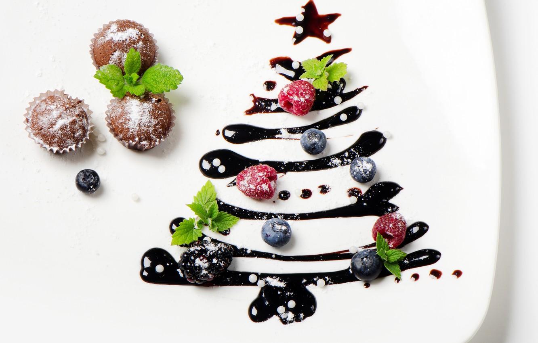 Фото обои ягоды, елка, Новый Год, тарелка, Рождество, выпечка, глазурь, кексы