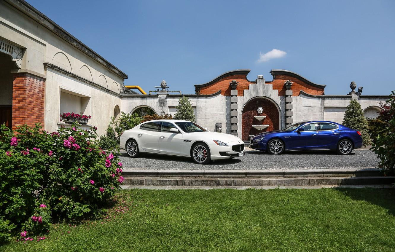 Фото обои цветы, дом, Maserati, две, клумба, GranTurismo, Ghibli, quattroporte s