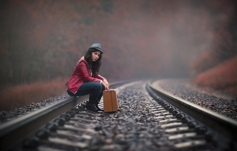 Фото обои девушка, путь, рельсы, чемодан, ожидание