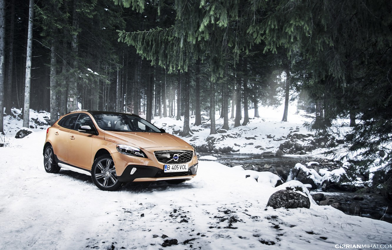 Фото обои снег, деревья, ель, Volvo, речка, Volvo V40, Cross County