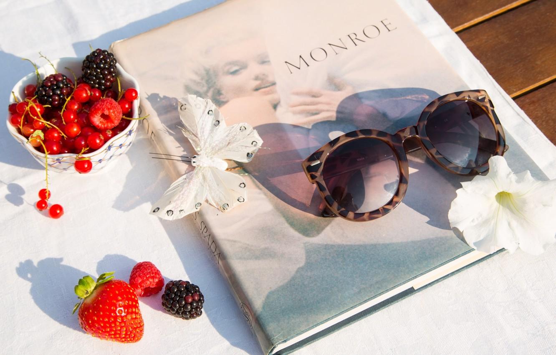 Фото обои ягоды, бабочка, очки, книга, Монро