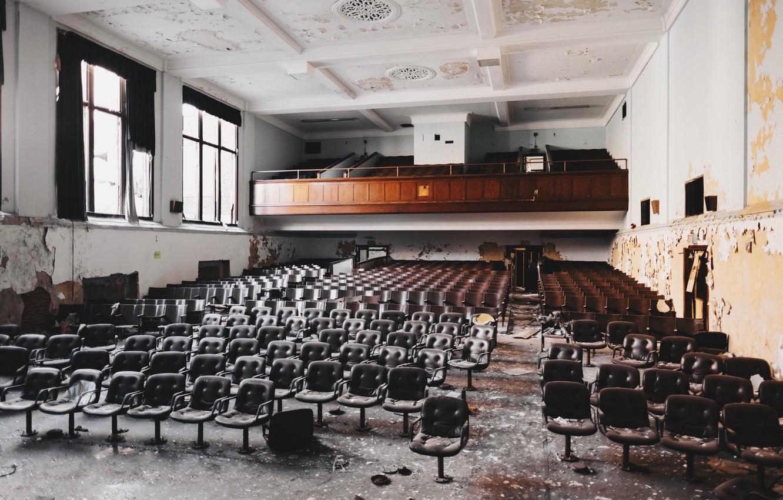 Фото обои окна, стулья, заброшенный, зал, Разруха, актовый
