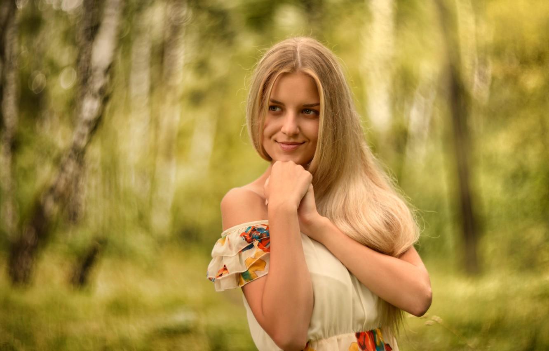 Фото обои лес, лето, девушка, деревья, лицо, улыбка, милая, портрет, платье, блондинка, light, ручки, красивая, прелесть, nature, …