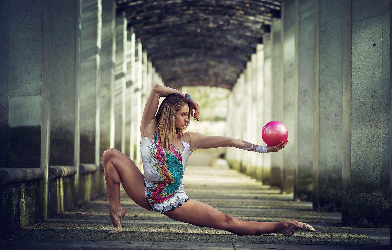 Фото обои девушка, поза, мяч