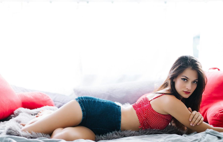 Девушка лежит на девушке арт