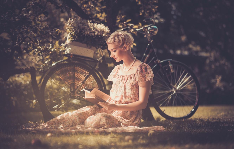 Фото обои трава, листья, девушка, цветы, природа, велосипед, стиль, ретро, дерево, корзина, платье, блондинка, бусы, книга, читает