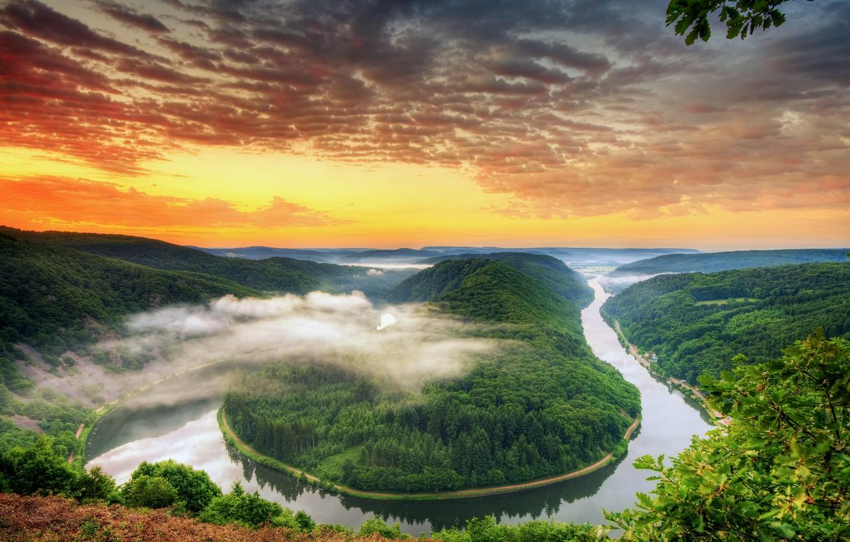 Фото обои лес, небо, облака, деревья, закат, оранжевый, яркий, река, вид, высота, вечер, Германия, изгиб, панорама, river, …