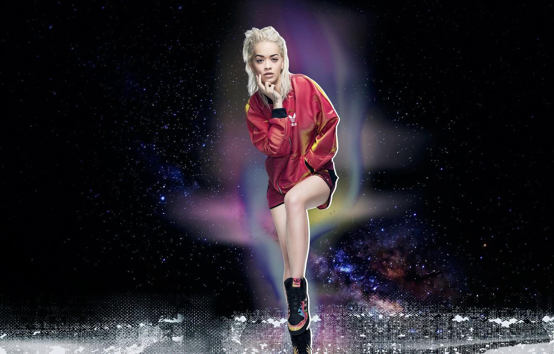 Фото обои поза, фон, модель, одежда, макияж, куртка, прическа, блондинка, певица, кроссовки, фотосессия, Adidas, бренд, Rita Ora, …