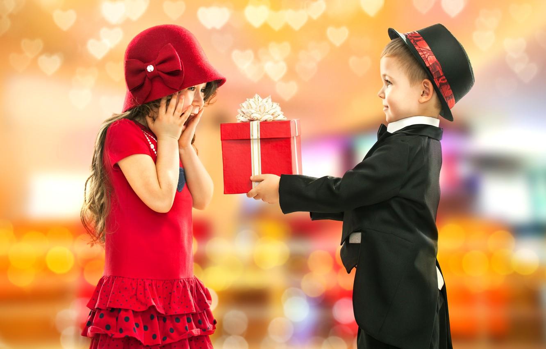 Фото обои фото, Мальчик, Дети, Костюм, Платье, Девочка, Шляпа, Двое, Праздник, Подарки, Ситуация