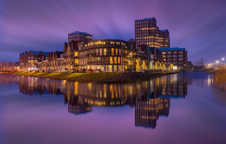 Фото обои небо, ночь, город, отражение, река, здания, дома, подсветка, Нидерланды, фиолетовое, Амерсфорт