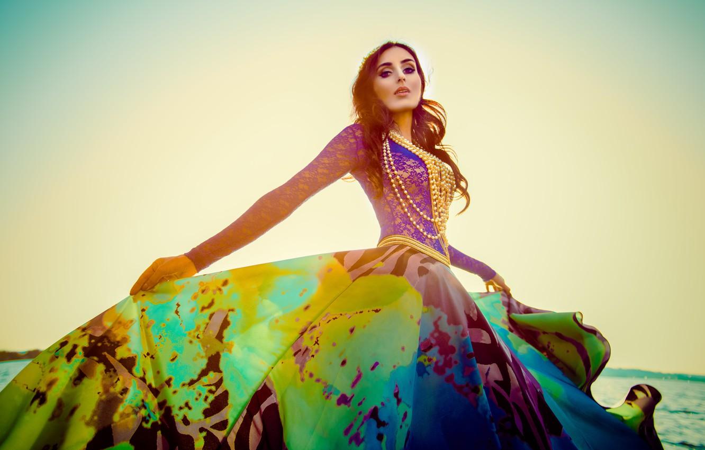Фото обои Mariam Mohammad, платье, бусы