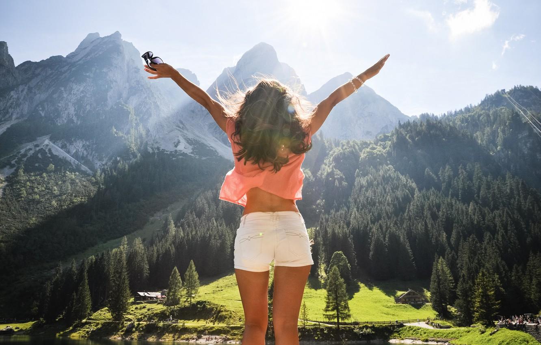 Фото обои лес, небо, свобода, облака, лучи, свет, деревья, радость, горы, озеро, вид, высота, Девушка, Австрия, панорама, …