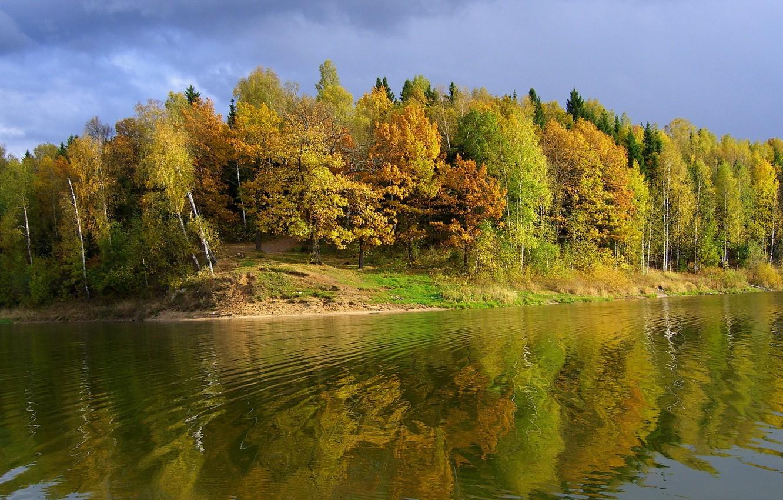 Фото обои небо, деревья, река, берег, Осень