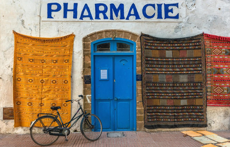Фото обои велосипед, дом, дверь, вывеска, ковры