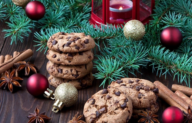 Фото обои шарики, праздник, шоколад, свечи, печенье, Новый год, корица, выпечка, ветки елки