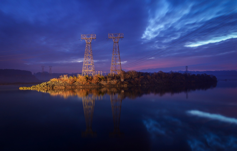 Фото обои небо, вода, облака, природа, гладь, отражение, берег, провода, вечер, Река, синее, фиолетовое, лэп