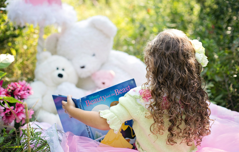 Фото обои лето, природа, игрушки, девочка, книга, кудри, мишки, ребёнок