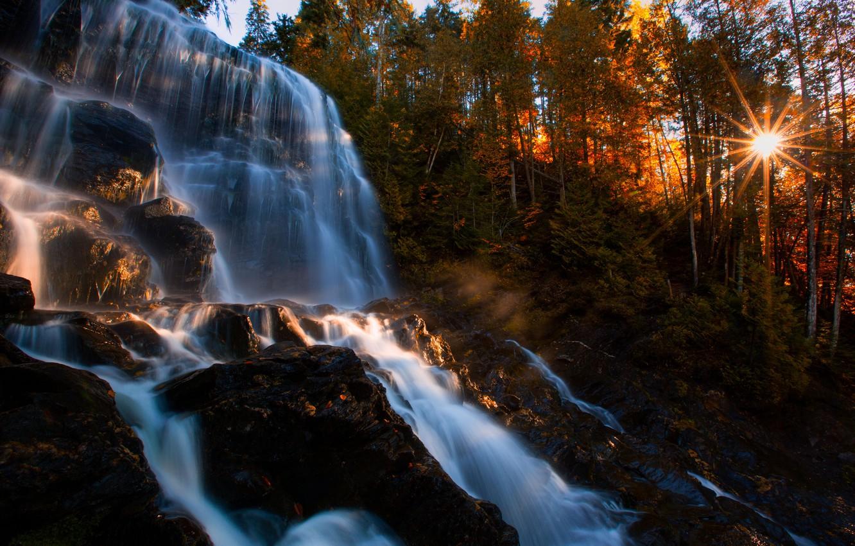 Фото обои осень, лес, солнце, деревья, скала, водопад