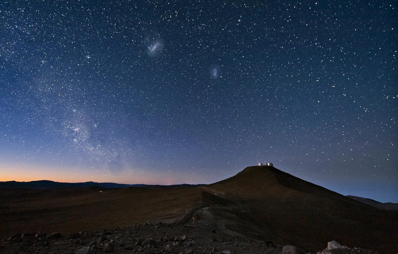 Фото обои небо, звезды, ночь, пустыня, Млечный путь, Чили, Атакама, Магеллановы облака