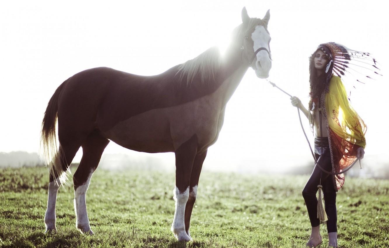 Фото обои поле, лето, девушка, конь, лошадь, перья, головной убор