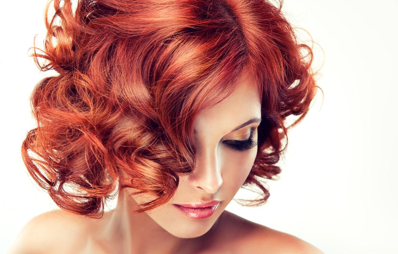 Фото обои модель, макияж, губы, белый фон, рыжие волосы, плечи, кудри