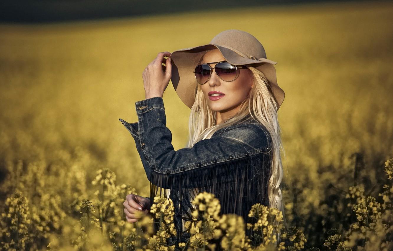 Фото обои поле, стиль, модель, шляпа, очки, джинсовка, рапс
